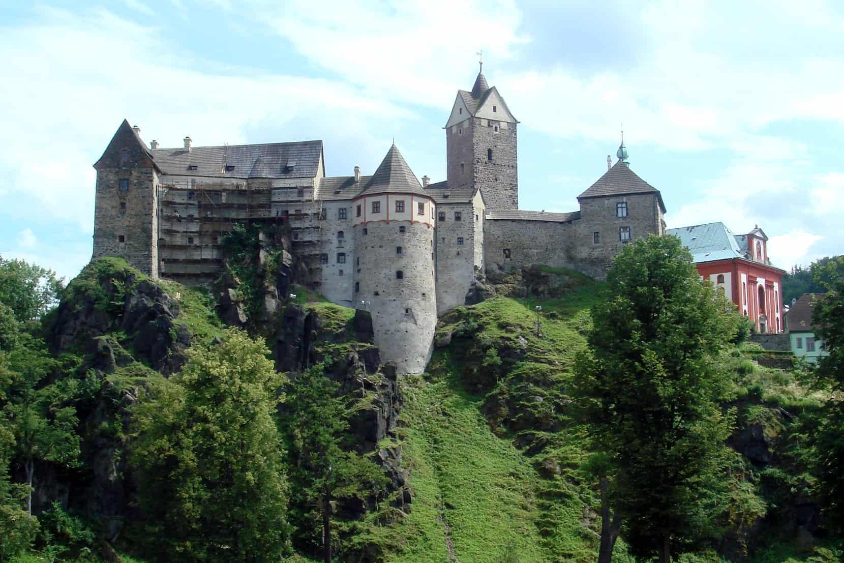 Der MXGP vis-à-vis der Burg Loket