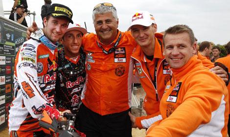 Max zusammen mit Teamkollege Tony Cairoli, Team Manager Claudio De Carli, KTM Race Director Stefan Everts und KTM Motorsport Manager Pit Beirer