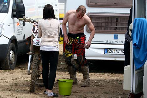 Beim Training legt Dennis samt Freundin selbst Hand am Bike an.